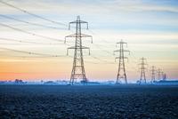 Power lines over snowy rural landscape 11018070438  写真素材・ストックフォト・画像・イラスト素材 アマナイメージズ