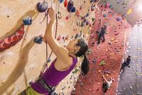 Climbers scaling rock wall 11018070539  写真素材・ストックフォト・画像・イラスト素材 アマナイメージズ