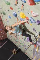Mother belaying daughter climbing rock wall 11018070542| 写真素材・ストックフォト・画像・イラスト素材|アマナイメージズ