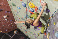 Mother belaying daughter climbing rock wall 11018070544| 写真素材・ストックフォト・画像・イラスト素材|アマナイメージズ