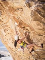 Mixed race girl rock climbing on cliff 11018070554| 写真素材・ストックフォト・画像・イラスト素材|アマナイメージズ