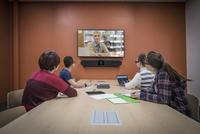 Students teleconferencing in study room 11018070599| 写真素材・ストックフォト・画像・イラスト素材|アマナイメージズ