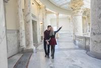 Caucasian couple touring capitol building 11018070604| 写真素材・ストックフォト・画像・イラスト素材|アマナイメージズ