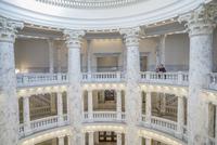 Caucasian couple touring capitol building 11018070605| 写真素材・ストックフォト・画像・イラスト素材|アマナイメージズ