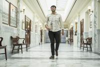 Hispanic man walking in courthouse 11018070616  写真素材・ストックフォト・画像・イラスト素材 アマナイメージズ