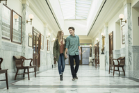 Caucasian couple walking in courthouse 11018070617| 写真素材・ストックフォト・画像・イラスト素材|アマナイメージズ