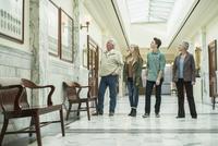 Caucasian family touring courthouse 11018070622| 写真素材・ストックフォト・画像・イラスト素材|アマナイメージズ
