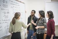 Professor talking to students in college classroom 11018070690| 写真素材・ストックフォト・画像・イラスト素材|アマナイメージズ