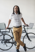 Black businessman with bicycle in office 11018070837| 写真素材・ストックフォト・画像・イラスト素材|アマナイメージズ