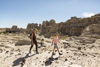 Caucasian mother and children hiking in desert 11018071199| 写真素材・ストックフォト・画像・イラスト素材|アマナイメージズ