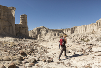 Caucasian mother and son hiking in desert 11018071200| 写真素材・ストックフォト・画像・イラスト素材|アマナイメージズ