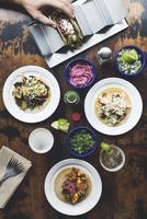 Caucasian man making tacos 11018071510| 写真素材・ストックフォト・画像・イラスト素材|アマナイメージズ