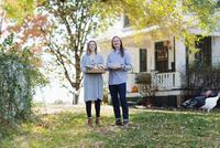 Caucasian couple smiling in backyard 11018071518| 写真素材・ストックフォト・画像・イラスト素材|アマナイメージズ