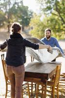 Caucasian couple spreading tablecloth on outdoor table 11018071521| 写真素材・ストックフォト・画像・イラスト素材|アマナイメージズ