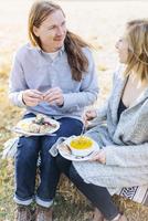 Caucasian couple eating outdoors 11018071535| 写真素材・ストックフォト・画像・イラスト素材|アマナイメージズ