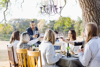 Friends toasting with wine at outdoor table 11018071542| 写真素材・ストックフォト・画像・イラスト素材|アマナイメージズ