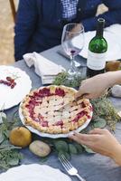 Woman serving pie at outdoor table 11018071548| 写真素材・ストックフォト・画像・イラスト素材|アマナイメージズ