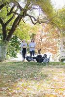 Caucasian couple carrying food in backyard 11018071562| 写真素材・ストックフォト・画像・イラスト素材|アマナイメージズ