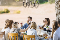 Friends toasting with wine at outdoor table 11018071571| 写真素材・ストックフォト・画像・イラスト素材|アマナイメージズ
