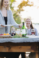 Caucasian couple eating at outdoor table 11018071580| 写真素材・ストックフォト・画像・イラスト素材|アマナイメージズ