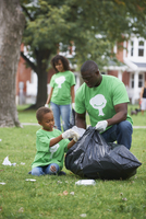 Family picking up garbage in park 11018071600| 写真素材・ストックフォト・画像・イラスト素材|アマナイメージズ