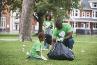 Family picking up garbage in park 11018071601| 写真素材・ストックフォト・画像・イラスト素材|アマナイメージズ