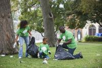 Family picking up garbage in park 11018071602| 写真素材・ストックフォト・画像・イラスト素材|アマナイメージズ
