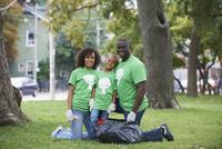 Family picking up garbage in park 11018071603| 写真素材・ストックフォト・画像・イラスト素材|アマナイメージズ