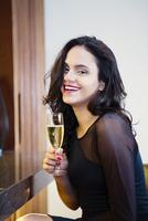 Hispanic woman drinking glass of champagne 11018071656| 写真素材・ストックフォト・画像・イラスト素材|アマナイメージズ