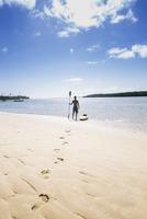 Native American man with kayak on beach 11018071658| 写真素材・ストックフォト・画像・イラスト素材|アマナイメージズ