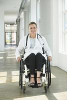Caucasian paraplegic doctor smiling in hospital 11018071672| 写真素材・ストックフォト・画像・イラスト素材|アマナイメージズ