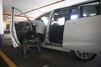 Caucasian paraplegic woman climbing into van 11018071674| 写真素材・ストックフォト・画像・イラスト素材|アマナイメージズ