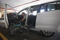 Caucasian paraplegic woman climbing into van 11018071675| 写真素材・ストックフォト・画像・イラスト素材|アマナイメージズ