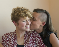 Caucasian lesbian couple kissing 11018071698| 写真素材・ストックフォト・画像・イラスト素材|アマナイメージズ