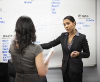 Businesswomen talking in office 11018071711| 写真素材・ストックフォト・画像・イラスト素材|アマナイメージズ