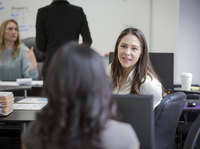 Businesswomen talking in office 11018071718| 写真素材・ストックフォト・画像・イラスト素材|アマナイメージズ