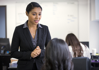 Businesswomen talking in office 11018071719| 写真素材・ストックフォト・画像・イラスト素材|アマナイメージズ