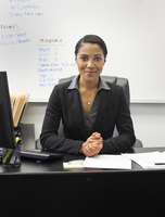 African American businesswoman sitting at desk in office 11018071764| 写真素材・ストックフォト・画像・イラスト素材|アマナイメージズ