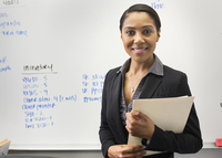African American businesswoman smiling in office 11018071766| 写真素材・ストックフォト・画像・イラスト素材|アマナイメージズ