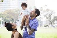 Parents playing with baby son in park 11018071787| 写真素材・ストックフォト・画像・イラスト素材|アマナイメージズ