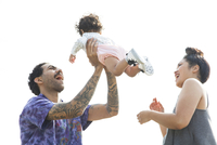 Parents playing with baby son outdoors 11018071792| 写真素材・ストックフォト・画像・イラスト素材|アマナイメージズ
