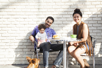 Parents eating with baby son at outdoor cafe 11018071794| 写真素材・ストックフォト・画像・イラスト素材|アマナイメージズ