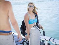 Caucasian divers smiling on boat 11018071964| 写真素材・ストックフォト・画像・イラスト素材|アマナイメージズ