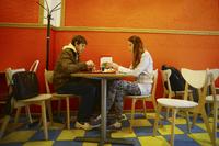 Caucasian couple eating in restaurant 11018071971| 写真素材・ストックフォト・画像・イラスト素材|アマナイメージズ