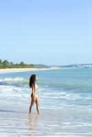 Mixed race woman walking on beach 11018072018| 写真素材・ストックフォト・画像・イラスト素材|アマナイメージズ
