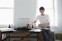 Mixed race teenage boy listening to records 11018072125| 写真素材・ストックフォト・画像・イラスト素材|アマナイメージズ