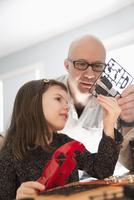 Caucasian father and daughter building model toy 11018072129| 写真素材・ストックフォト・画像・イラスト素材|アマナイメージズ