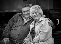 Older Caucasian couple hugging outdoors 11018072156| 写真素材・ストックフォト・画像・イラスト素材|アマナイメージズ