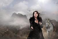 Caucasian woman walking horse in remote landscape 11018072169| 写真素材・ストックフォト・画像・イラスト素材|アマナイメージズ