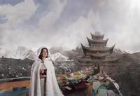 Caucasian woman standing near monument, Xining, Qinghai, China 11018072170| 写真素材・ストックフォト・画像・イラスト素材|アマナイメージズ